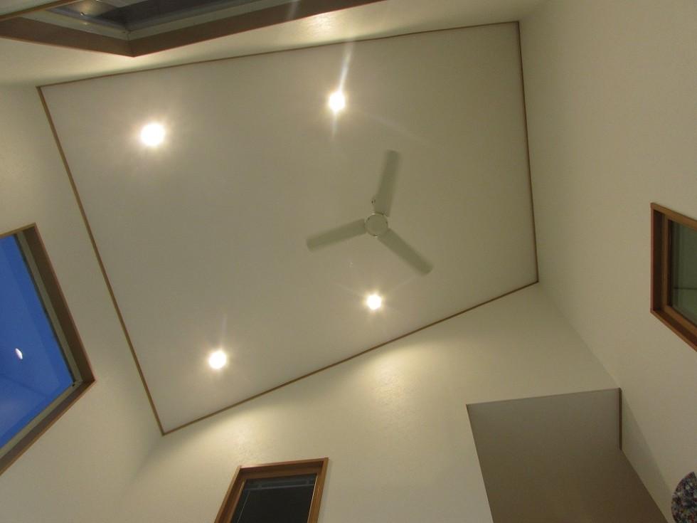 吹き抜けで天井にファンもついてます!