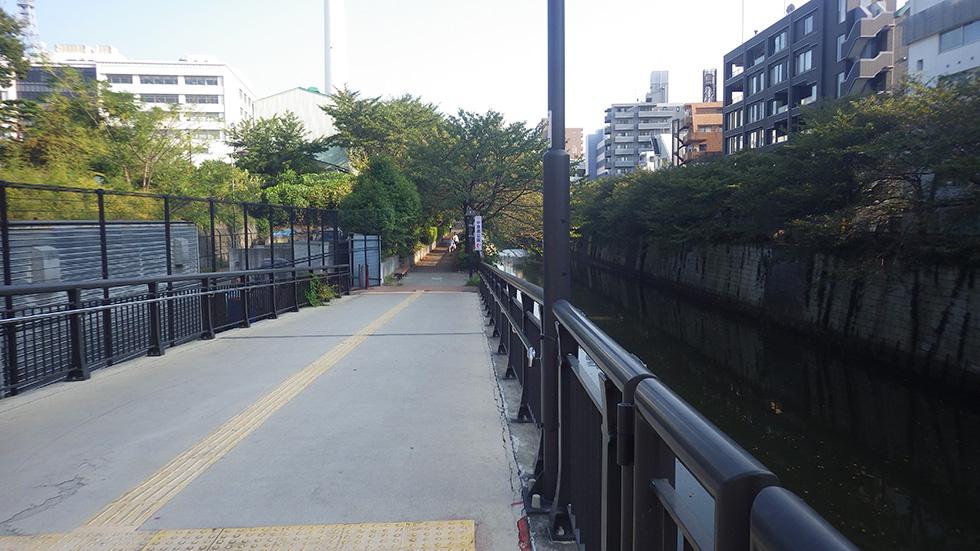 中目黒店そばの目黒川